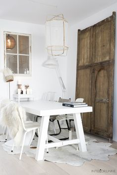 decordemon: A Dutch home with natural materials and a perfect Scandi style Monochrome Interior, Cosy Interior, Interior Decorating, Natural Wood Decor, Dining Room Inspiration, Scandinavian Living, Scandi Style, Natural Living, Wabi Sabi