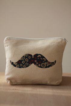 Petite trousse 100% coton écru motif moustache en liberty bleu : Trousses par bog-art