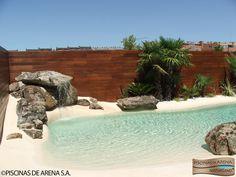 Un rincón vacío del jardín puede convertirse en un paraíso familiar con la construcción de una piscina de arena natural. Se complementa con rocas, plantas y una pequeña cascada. Toda una transformación del espacio.  #jardin #paisajismo #piscina #arena #playa #paraíso Beach Entry Pool, Backyard Beach, Backyard Pool Designs, Small Backyard Pools, Backyard Paradise, Small Pools, Natural Swimming Pools, Swimming Pools Backyard, Swimming Pool Designs