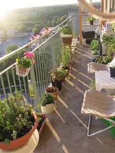 A sacada do seu apartamento é pequena? Não se preocupe, você pode cultivar um pequeno jardim mesmo assim.  Use vasos menores que possuam suportes para grades e faça a festa na decoração.