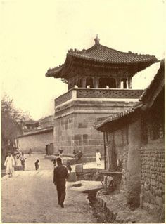 1904년 동십자각.  오른쪽 보이는 골목으로 올라가면 삼청동 가는길. Old Pictures, Old Photos, Vintage Photographs, Vintage Photos, Seoul, Korean Photo, Korean Aesthetic, Asian History, Fire Heart
