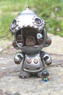 toycutter: Designer Vinyl Toy: Robot Munny With Mini Munny Pilot