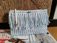 Bolso-cartera de mano de trapillo, color azul cielo, con flecos y abalorios de cristal. flecos. Handmade by Sususi Hands. Sígueme en Facebook.