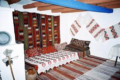 Romanian textiles in a peasant home, fromTransylvania. Folk Embroidery, Floral Embroidery, Embroidery Stitches, Embroidery Designs, Interior Decorating, Interior Design, Embroidery For Beginners, Cozy Cottage, Design Case