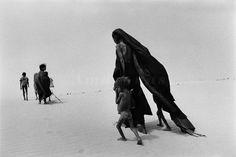 Region of Lake Faguibine (Mali 1985). By Sebastião Salgado