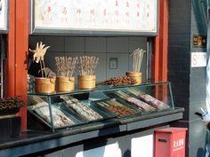"Friterade ""delikatesser"" i ett gatukök på Wangfujing i Peking. Beijing, Sausage, Kitchen Appliances, Deep, Snacks, Street, Food, Asia, Diy Kitchen Appliances"