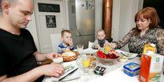 ET ROLIG MÅLTID: Det var ikke vanlig før Leo begynte på diett. Pappa Tore, Leo, lillebror Liam og mamma Renate koser seg ved frokostbordet.