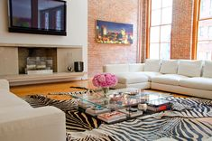 There are a lot of loft looks these days. A loft is light filled from tall windows and has wide open space. Rugs In Living Room, Home And Living, Living Room Decor, Modern Living, City Living, Room Rugs, Coffee Table Vignettes, Coffee Tables, Loft Stil