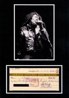 Bob Marley Repligraph – Hier handelt es sich um die Replik eines original Bankschecks der Jamaica Citizens Bank Limited vom 11. Februar 1976 über den Betrag von 146 Dollar mit Foto. Der Scheck ist mit Fotoecken befestigt und läßt sich auch herausnehmen. Ein fantastisches Sammlerteil! www.starcollector.de