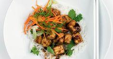 Essayez le tempeh en le cuisinant à saveur de hoisin! Une recette rapide, simple et végé que vous adorerez cuisiner les soirs de semaine pressés! Tempeh, Seitan, Sauce Hoisin, Kung Pao Chicken, Japchae, Vegetarian Recipes, Healthy Lifestyle, Frozen, Nutrition