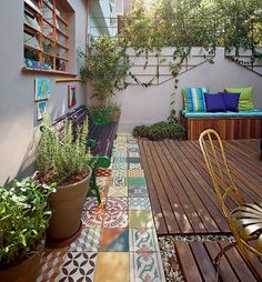Are you a fan of unconventional home decor trends? If yes then you are surely going to love the trend of mismatched tiles as sometimes imperfection is Outdoor Rooms, Outdoor Gardens, Outdoor Living, Outdoor Decor, Planchers En Chevrons, Balcony Garden, Home Decor Trends, Garden Inspiration, Beautiful Gardens