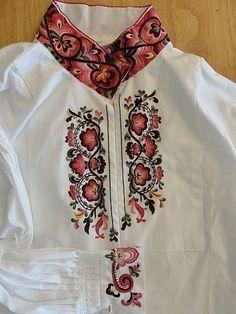 Beltestakken er sydd i Norge etter gamle husflidstradisjoner. Prisen inkluderer brikkevevd belte og grindeband som er tilpasset fargekombinasjonene i bunaden. Skjorte kan leveres i brokadestoff, eller brodert i plattsøm eller korssting fra kr 4 000 til 7 000. Folk Costume, Costumes, Hand Embroidery, Machine Embroidery, Scandinavian Embroidery, Russian Folk Art, Indian Wear, Traditional Outfits, Norway