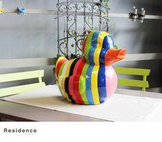 Canard en résine. Différents coloris. Dimensions : 34 x 36 x 28 cm.
