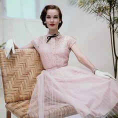 Esta galeria mostra alguns dos modelos mais famosos da década de 50! Um presente para você que gostaria de conhecer um pouco mais sobre o que as mulheres usavam nesta época. Selecionei alguns model…