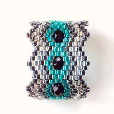 Perles miyuki et perles à facettes se combinent dans une élégante composition. La forme qui se rétrécit vers l'arrière du doigt permet un grand confort et donne une bague tr - 11906953