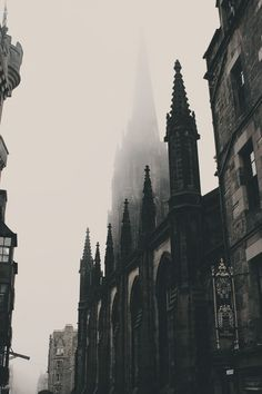 Edinburgh Photo - Old City - Old Town - Architecture - Vertical - Digital Photo . Queen Aesthetic, Gothic Aesthetic, Slytherin Aesthetic, Nature Aesthetic, Princess Aesthetic, Book Aesthetic, Aesthetic Images, Aesthetic Wallpapers, Arquitectura Wallpaper