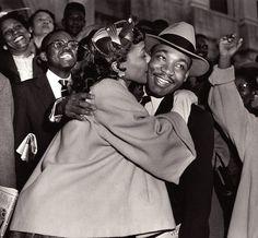 Martin Luther King abrazado por una admiradora.