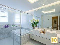 Um banheiro para relaxar e também curtir com as crianças.  O eterno charme do branco deu o tom nos revestimentos das paredes. Detalhes em mosaico de pedras com cristais Swarovski  e nichos em pedra, personalizou o projeto do banheiro. O espelho tem desenho exclusivo com detalhes em bisotê promovendo sofisticação. Armários Bontempo. #ProjetodeArquitetura #Arquitetura #Decor #Residencial #Banheiro #KarlaOliveira #StudioKarlaOliveira