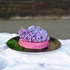 Rose & Raspberry Raw Cake with Lilac Flowers. Raw Dessert Recipes, Raw Desserts, Raw Food Recipes, Cake Recipes, Raw Cake, Raw Chocolate, Healthy Cake, Nice Cream, Truffles