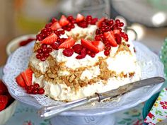 """Fryst mascarponecheesecake med röda härliga sommarbär. """"Det godaste jag gjort"""". /Leila"""