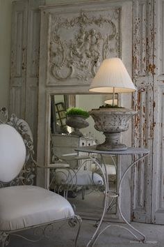 A Trumeau: a mirror having a painted or carved panel above or below the mirrored glass within the same frame. French Decor, French Country Decorating, Trumeau Mirror, Ornate Mirror, Mirror Mirror, Deco Addict, Beautiful Mirrors, Beautiful Wall, Interior Decorating