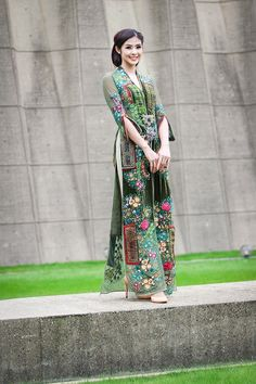 Vietnamese Traditional Dress, Vietnamese Dress, Traditional Dresses, Batik Fashion, Ethnic Fashion, Indian Gowns Dresses, Modest Dresses, Ao Dai, Hijab Stile
