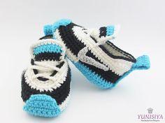 Au crochet, chaussons, au Crochet baskets bébé, chaussures bébé, chaussures de bébé au Crochet Mon fils est 55 % coton, 45 % acrylique. Doux, doux pour les bébés. Il est donc préférable de protéger la peau de bébé. Ont crochet unique + Eva mousse caoutchouc chaussure/botte.  Le motif est tellement adorable et le confort, la durabilité. Il convient de la naissance pour le bébé au sein de la première année.  Taille: (sil vous plaît inclure la taille dans la note au vendeur lors de lachat…