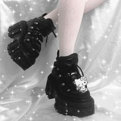 Dr Shoes, Goth Shoes, Me Too Shoes, Shoes Men, Mode Alternative, Alternative Outfits, Alternative Fashion, Edgy Outfits, Mode Outfits