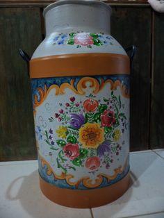 Peça antiga - leiteira em metal, reciclada e decorada com pintura Bauernmalerei. Peça para decoração.