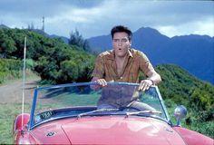 """Elvis Presley em cena de """"Feitiço Havaiano"""", de 1961; o carro vermelho usado no filme estará na exposição"""