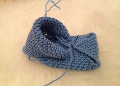 STRIKKEKOS: Oppskrift på Babysko Baby Booties Knitting Pattern, Baby Shoes Pattern, Crochet Baby Shoes, Shoe Pattern, Baby Knitting Patterns, Baby Patterns, Doll Patterns, Crochet Clothes, Baby Barn