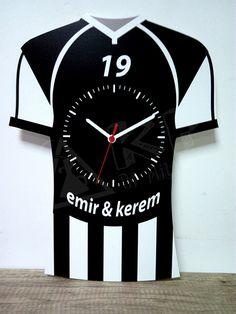 Beşiktaş fanatiklerine özel forma tasarımlı kişiye özel isim ve numara yazdırılabilen MDF ahşap duvar saati.