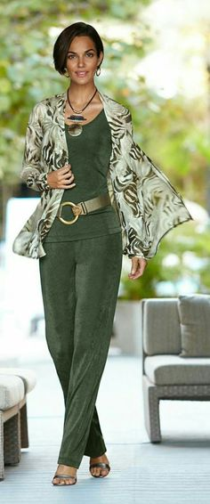 Outfit Inspiration for St. Patrick's Day So elegant, so feminine. Very cool, casual and classy. Fashion Mode, Fashion Over 50, Look Fashion, Fashion Trends, Dressy Casual Outfits, Casual Chic, Casual Wear, Mode Outfits, Fashion Outfits