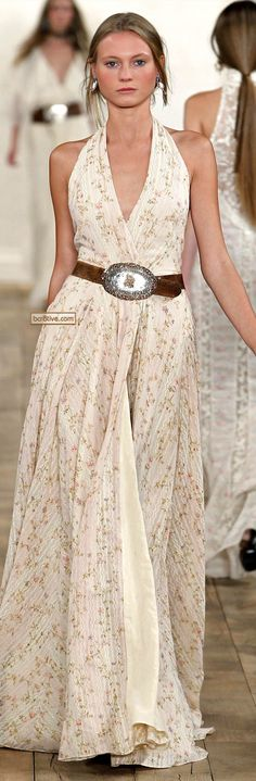 I can totally picture a chunky turquoise necklace and a big summer hat with that gorgeous dress. Chíc look for the summer!