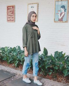 Discover recipes, home ideas, style inspiration and other ideas to try. Ootd Hijab, Casual Style Hijab, Stylish Hijab, Casual Hijab Outfit, Casual Outfits, Fashion Outfits, Hijab Jeans, Simple Outfits, Fashion Styles