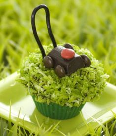 Dessert for Dad - Lawnmower cupcakes? These adorable cakes are cute and easy...score!