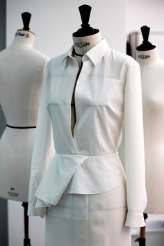 Plissés, sérigraphies, broderies apposées avec minutie... Plongée dans les coulisses des ateliers Dior pour remonter le temps au moment précis où naissaient les silhouettes du défilé automne-hiver 2016-2017.
