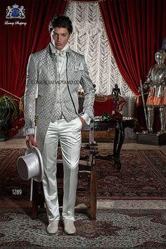 Traje de novio levita cuello Napoleón tejido brocado gris-oro con pantalón de raso crudo, modelo 1289 Ottavio Nuccio Gala colección Barroco 2015.