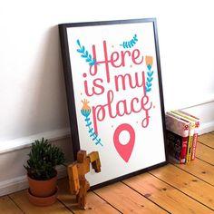 """Tudo bem por aí? Nossa vitrine está tão bonita mas tão bonita que se eu fosse você passava por lá para dar uma olhadinha nas novidades! O pôster """"Place"""" é uma delas. Que tal para decorar o hall de entrada da sua casa?  - Você encontra o pôster """"Place"""" em 4 tamanhos diferentes com ou sem moldura e outras novidades fresquinhas no nosso site: http://ift.tt/1dqyBxz  - #nacasadajoana #poster #pôster #pôsteres #pinterest #casascomalma #casasreais #decoração #decor #design #dicadedecor…"""