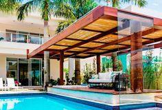 Pergolado projetado por Ferrassa & Pickler Arquitetura.