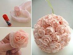 Ce tutoriel  nous montre comment composer un bouquet-boule de roses  en papier. Prendre des bandes de papier crépon, les froisser pour les a...