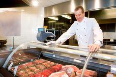 Métier artisanal par excellence, le boucher est un spécialiste de la viande. Il s'occupe de l'achat de viandes en gros pour la stocker et la préparer pour une mise en vente au détail dans un commerce. via www.fichemetier.fr - Mots clés : #metier #formation #job #fichemetier #meat