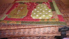 """prostírka ,, Hrušky """" Hrušky jsou ušité patchworkovou technikou, sešité z mnoha dílů v podzimních barvách z designové látky od firmy Moda fabrics, USA. Uvnitř je termolín a spodní díl je 100 % česká bavlna, přírodní barvy. Celá prostírka a nebo malý běhounek je ozdobně ručně prošitý. velikost 32cm x 41 cm prát na 30 stupňů, ruční jemné praní"""