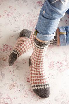 Ravelry: Soxx No. 08 pattern by Kerstin Balke Fair Isle Knitting, Knitting Socks, Hand Knitting, Knitting Patterns, Knit Socks, Knitting Machine, Vintage Knitting, Stitch Patterns, Chunky Crochet