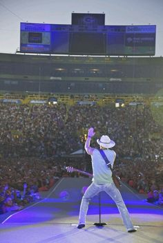 To go see Kenny Chesney again, but this time from backstage would be nice (better view)! Country Artists, Country Singers, Country Music, Johnson City Tennessee, Kenney Chesney, No Shoes Nation, Shake It For Me, Music Heart, My Baby Daddy