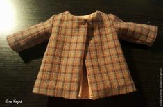 Como coser un abrigo para muñeca DIY DIY Aprende paso a paso como coser un abrigo para muñecas. DIY tutorial grafico para confeccionar un abriguito para muñeca, ya sea de tela, amigurumi o cualquier otro estilo. Fuente: https://www.livemaster.ru/ DIY Pantalones vaqueros para muñecosDIY Cazadora vaquera para muñeca con patrónMuñeca de tela durmiendo, con patronesDIY …