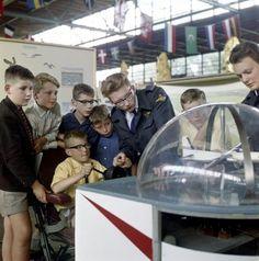 Jeugdland, [educatieve activiteiten voor kinderen]. [Kinderen bij soort vluchtsimulator], Rotterdam, Nederland 1962.