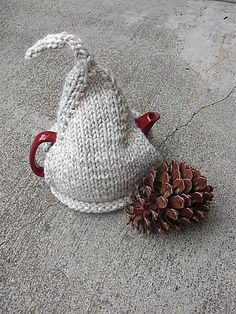 Ravelry: Fun and Fast knit Tea Cozy pattern by Funhouse Fibers, using thick yarn.