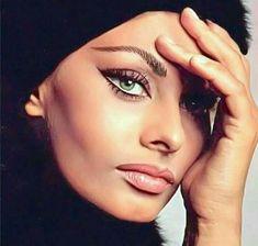 Loren Italian actress, Oscar winner Top 50 World's most beautiful women.Sophia Loren Italian actress, Oscar winner Top 50 World's most beautiful women. Old Hollywood Glamour, Vintage Hollywood, Hollywood Stars, Classic Hollywood, Vintage Makeup, Vintage Beauty, 1970s Makeup, Classic Beauty, Timeless Beauty