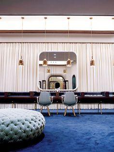 Joalheria com carpete azul. Designer: Jaime Hayón.